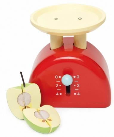 Весы с яблоком